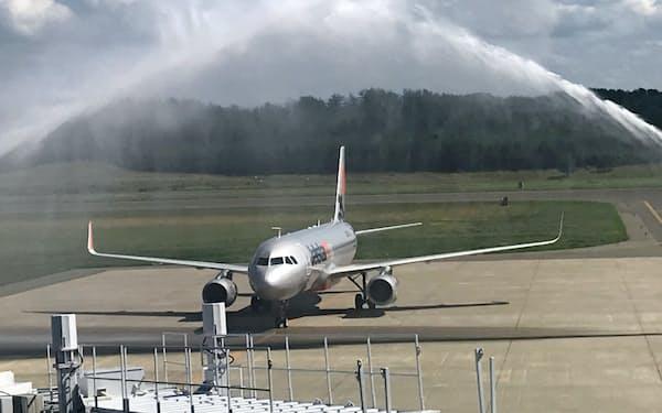 消防車の放水で庄内―成田の新規就航を歓迎(庄内空港)