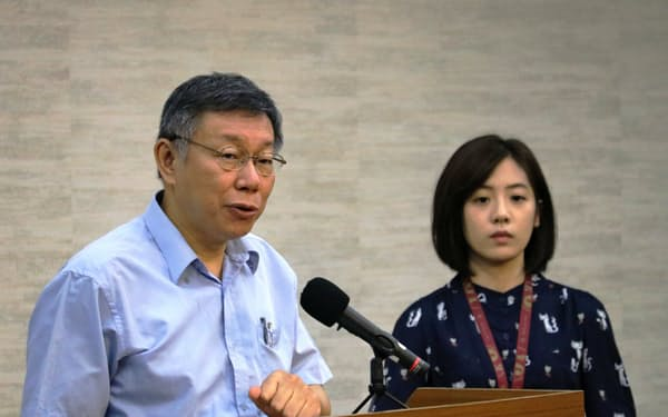 新政党の立ち上げを表明する台湾の柯文哲・台北市長(左)(1日、台北市政府)