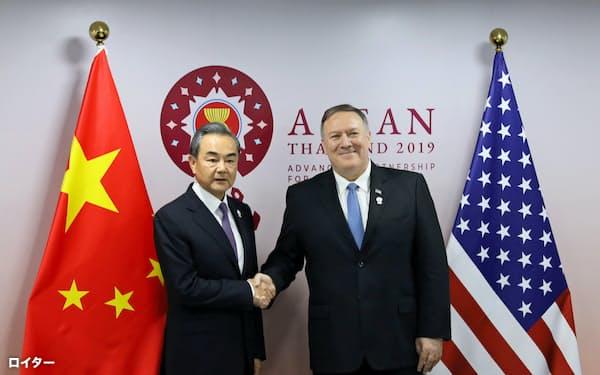 会談に臨むポンペオ米国務長官(右)と中国の王毅外相(1日、バンコク)=ロイター