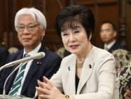 就任の記者会見をする参院の山東昭子議長(右)と小川敏夫副議長(1日、国会内)