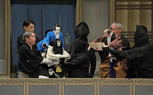 早野勘平の苦しい胸の内を人形ににじませた吉田和生(左手前)