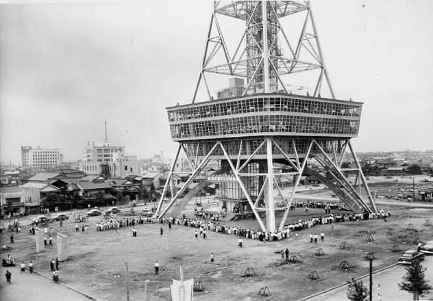 1954年6月20日の開業日には、来場者が長蛇の列を作った=名古屋テレビ塔提供