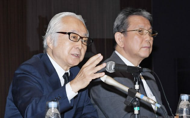 記者会見する日本郵政の長門社長(左)ら(7月31日、東京・大手町)