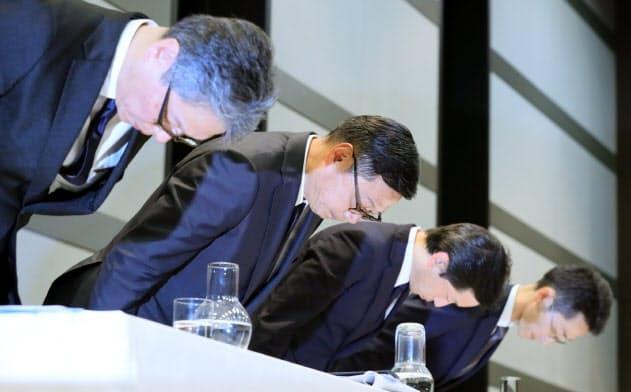 記者会見で謝罪するセブン&アイ・ホールディングスの後藤副社長(左から2人目)ら(1日、東京都千代田区)