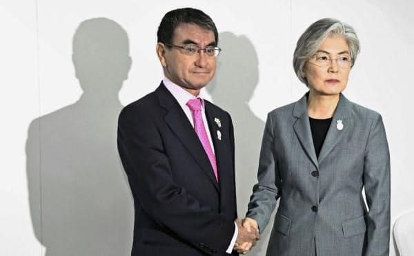会談前に韓国の康京和外相(右)と握手する河野外相(1日、バンコク)=共同