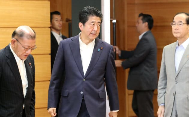 閣議に臨む安倍首相(2日午前、首相官邸)