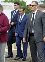 2日、択捉島を訪問したロシアのメドベージェフ首相(中央)