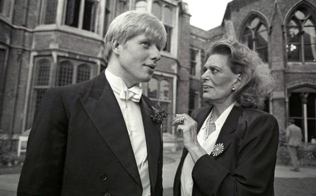 オックスフォード大時代のジョンソン英首相(左)。ジョンソン氏をはじめ、英国のエリート層は優位性を代々引き継いできた=ロイター