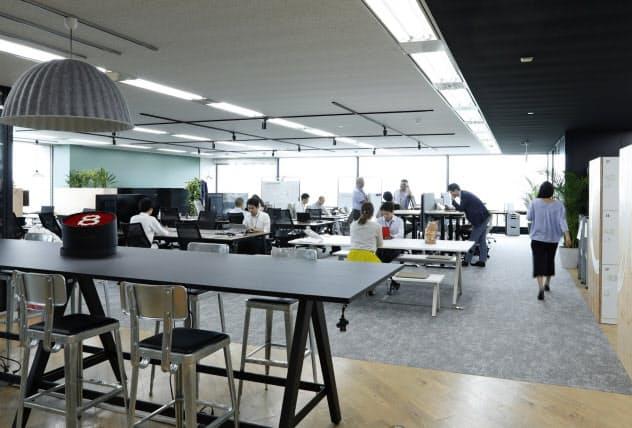 東京本社の8階に設置した第8カンパニーの拠点では、個人の席を設けず、社員間の相談や交流をしやすくした