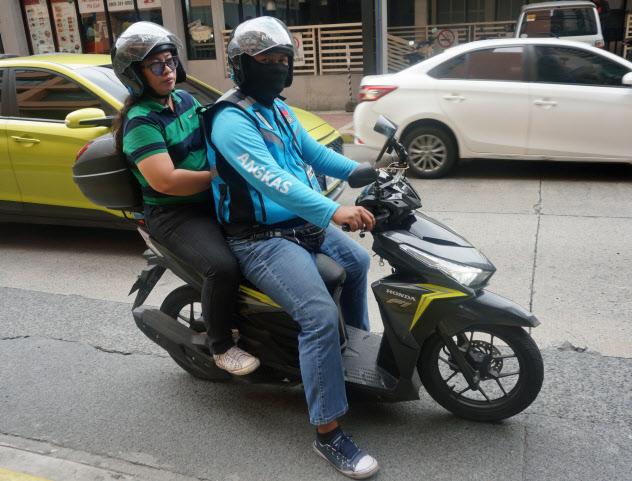 フィリピンの街中では、アンカスが試験運行するバイクタクシーが増えている(マニラ)
