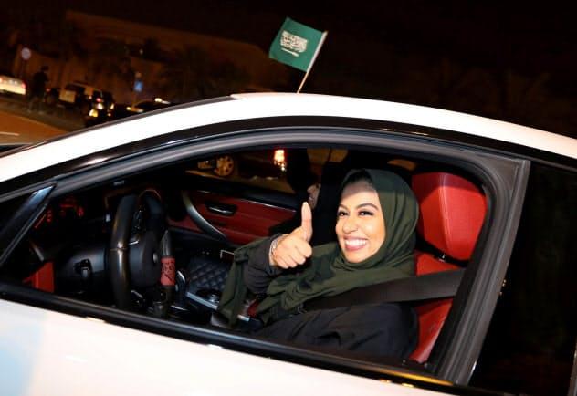 サウジ政府は女性の権利拡大を推進し、2018年6月には車の運転を解禁した=ロイター