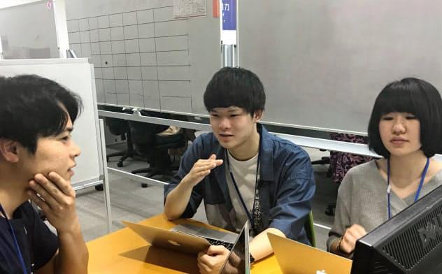 インターン中、社員と配属の相談をする学生たち(東京都新宿区)