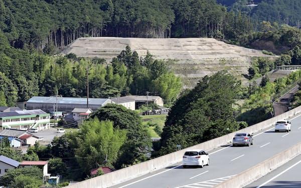 紀勢自動車道のそばに積み上げられた建設残土(三重県紀北町)