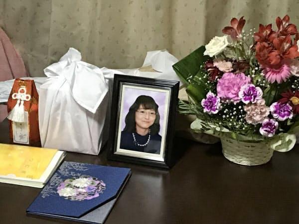津田幸恵さんの遺影や花(2日午後、兵庫県加古川市)