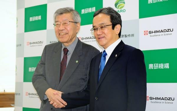 上田輝久社長(右)は「機能性食品を通じた健康維持に貢献したい」と話した(2日、京都市内)