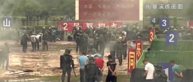 中国人民解放軍の香港駐留部隊が公開した動画の一場面(共同)
