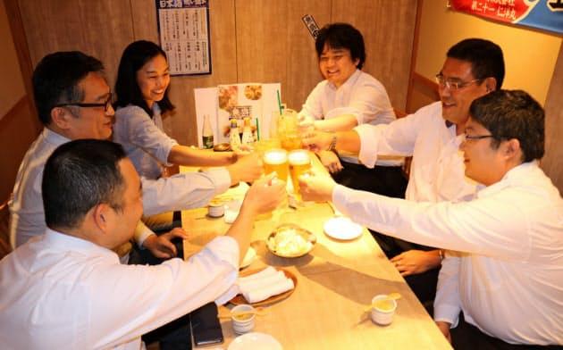 乾杯するネットバリューの社員(大阪市中央区)