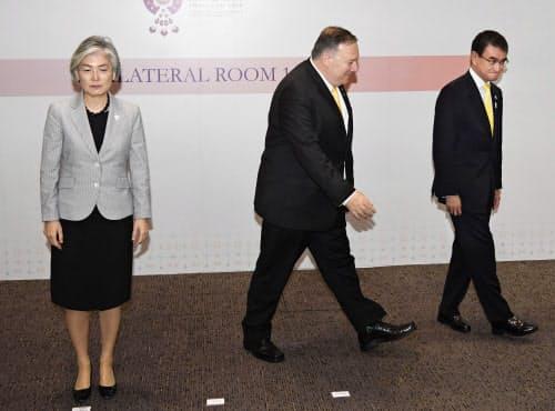 3カ国外相会談を終え、厳しい表情の韓国の康京和外相(左)と引き揚げるポンペオ米国務長官(中央)、河野外相(2日、バンコク)=共同