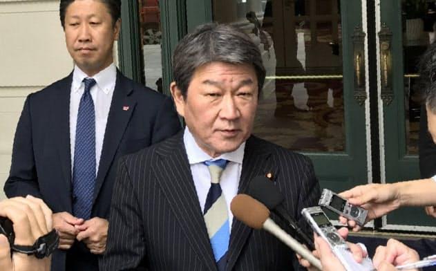 日米貿易交渉の2日目の閣僚級協議を前に取材に応じる茂木経財相(2日、ワシントン)