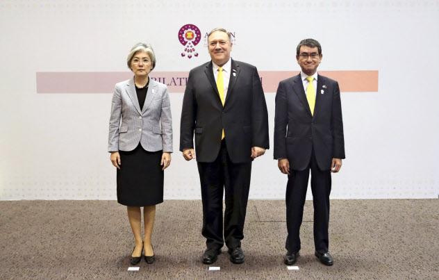 日米韓外相は2日に会談した=AP
