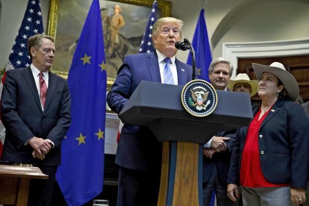2日、ホワイトハウスでEUとの合意内容を発表するトランプ氏(中)=AP