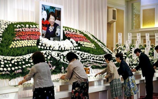 田辺聖子さんのお別れの会で献花する人たち(3日、兵庫県伊丹市)=共同