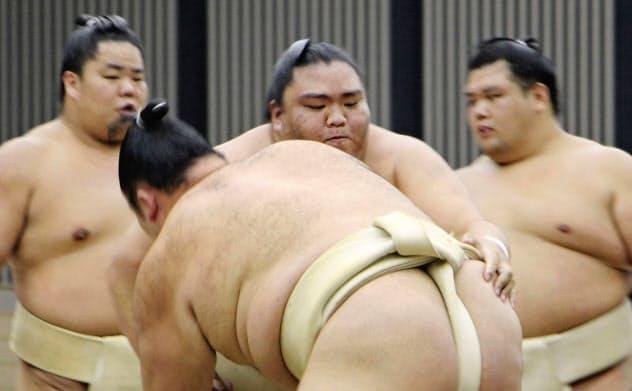 申し合いで汗を流す御嶽海=中央(3日、埼玉県所沢市)=共同