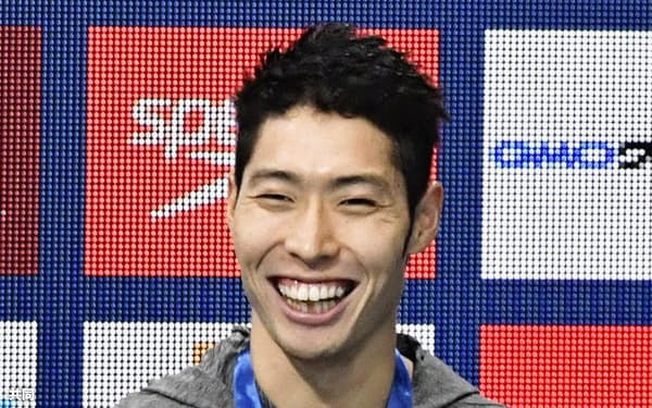 男子200メートル個人メドレーで3位となり笑顔の萩野公介(3日、東京辰巳国際水泳場)=共同