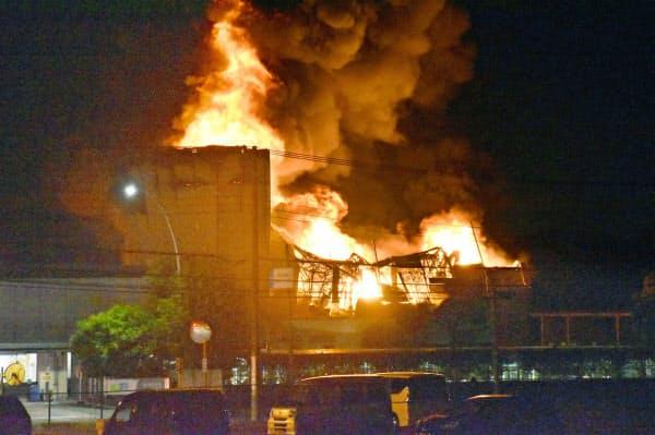 時折爆発音が鳴り、黒煙を上げながら燃える化学メーカーDICの工場(3日午後9時52分、埼玉県伊奈町)=共同
