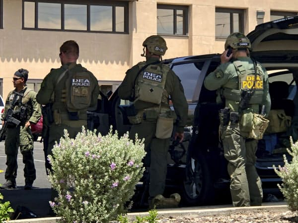 銃乱射事件の現場に入る警察(3日、米テキサス州エルパソのショッピングモール)=AP