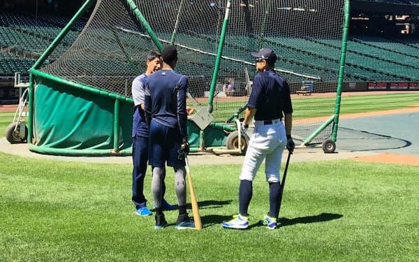 試合に備えた全体練習が始まる前、バットを手にゴードンと話すイチロー(右)