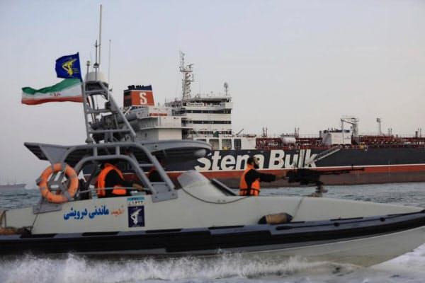 7月に拿捕(だほ)した英タンカーの近くを航行するイラン革命防衛隊のボート(イラン南部バンダルアバス)=ISNA・WANA提供・ロイター