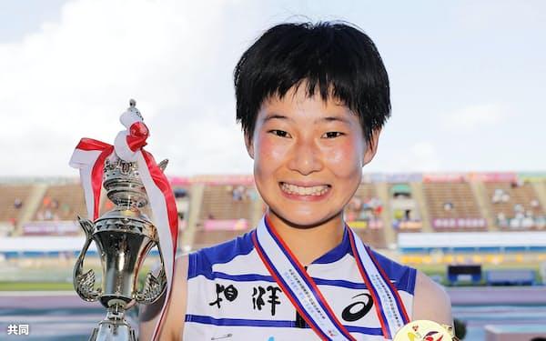 女子400メートルで連覇を果たし、笑顔の相洋・高島咲季(4日、タピック県総ひやごんスタジアム)=共同