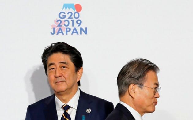 G20大阪サミットで安倍晋三首相(左)は文在寅大統領との首脳会談を見送った(6月28日)=ロイター