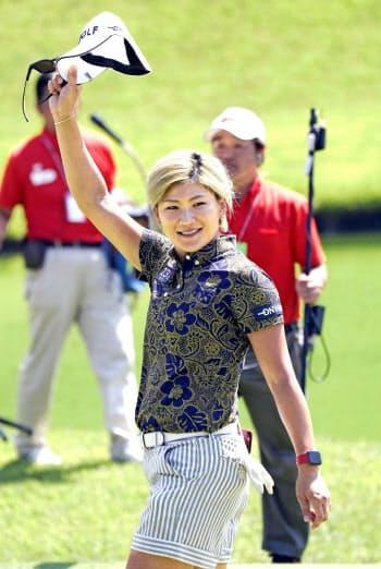 通算13勝目を挙げ、ギャラリーの歓声に応える成田美寿々(4日、鳴沢GC)=共同