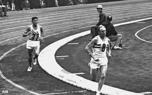 1964年10月の東京五輪のマラソンで、国立競技場のトラックで円谷幸吉選手(左)を抜き銀メダルを獲得したベイジル・ヒートリーさん=共同