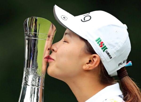 全英女子ゴルフで優勝した渋野=ロイター