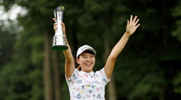 全英女子ゴルフで優勝し、トロフィーを掲げる渋野=ロイター
