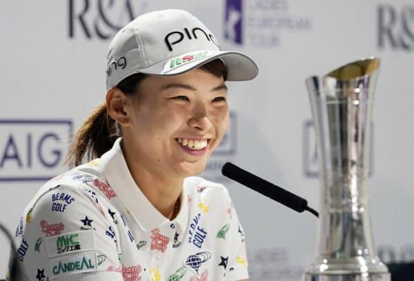 ゴルフのAIG全英女子オープンで優勝し、記者会見する渋野日向子(4日、英ミルトンキーンズのウォバーンGC)=共同