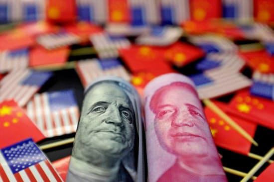 中国の通貨・人民元の対ドル相場は5日、1ドル=7元台に下落した=ロイター
