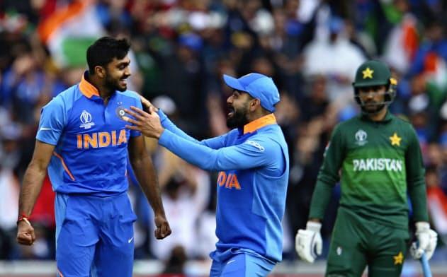 インドがパキスタンに対し、試合を終?#21152;?#21033;に進めた(6月、英マンチェスター)=AP