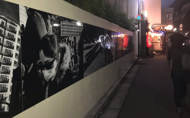 路地裏に点在する壁に森山の作品が展示されている(東京・渋谷)