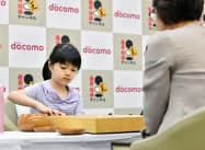 第23期ドコモ杯女流棋聖戦予選Aで金賢貞四段(手前)と対局する仲邑菫初段。最年少での本戦進出を決めた(5日午後、名古屋市)=共同