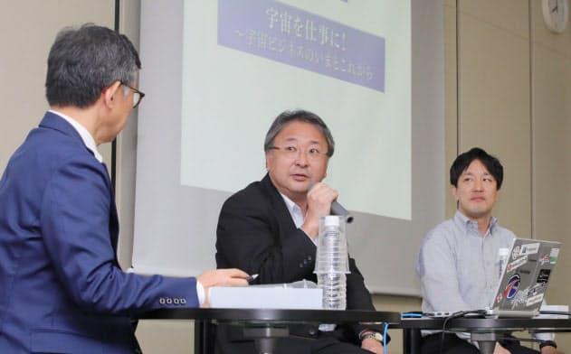 対談するJAXAの岩本新事業促進部長(中)、アクセルスペースの中村CEO(右)