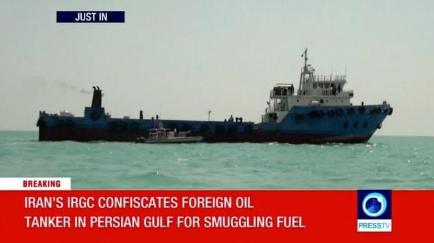 イラン革命防衛隊が7月31日に拿捕(だほ)したとみられるタンカー(イラン国営テレビから)=ロイター