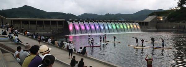 水位調整で夏季だけ現れるダム湖の滝。ライトアップは9月下旬まで毎日行われる(岩手県西和賀町)