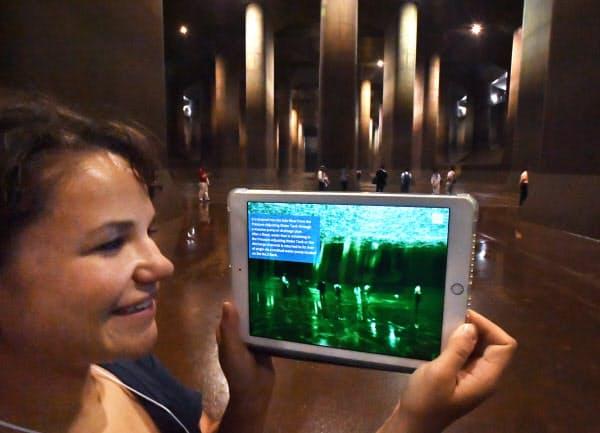 首都圏外郭放水路のツアーでARアプリを使う米国から参加したダイアン・スタンさん。「日本の水害対策を知ることができ勉強になった」と話す(埼玉県春日部市)