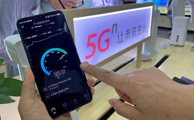 ZTEが5日に発売した中国初の5G対応スマホ。4Gに比べ約30倍速い通信速度などをアピールする(広東省広州市の販売店)