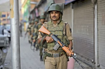 インドはカシミール地方での防衛を手厚くしている=AP