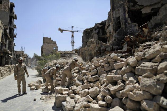 シリア北西部アレッポは戦闘により各地にがれきが見られる(7月)=AP